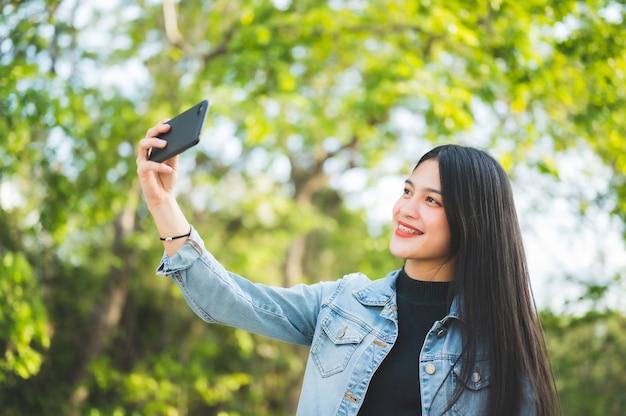 Młodzi studenci robią zdjęcie selfie na uniwersytecie.