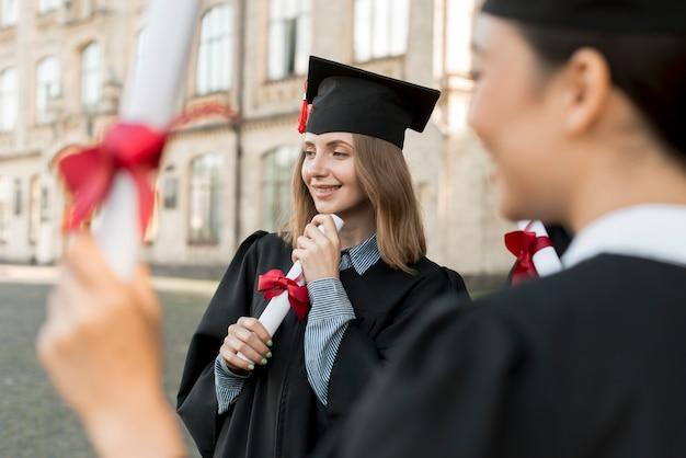 Młodzi studenci świętujący ukończenie szkoły