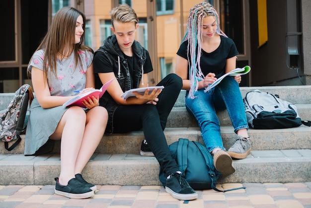 Młodzi studenci uczą się wykładów