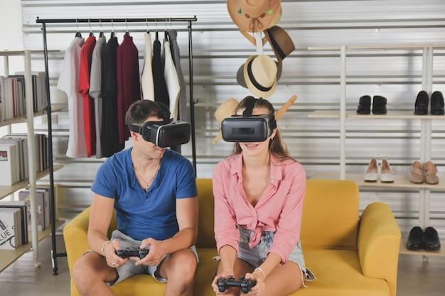 Młodzi szczęśliwi przyjaciele dzielą się treściami na blogera platformy streamingowej