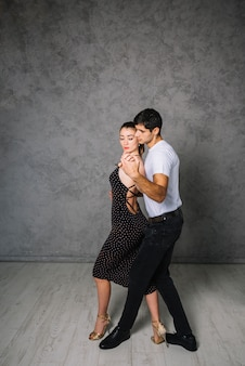 Młodzi taneczni partnerzy tanczy tango