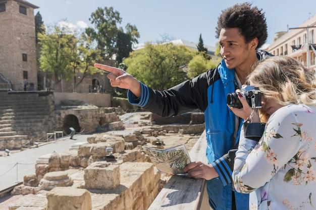 Młodzi turyści biorący zdjęcie pomnika