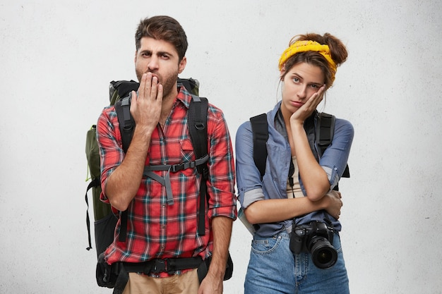 Młodzi turyści para z wyposażeniem