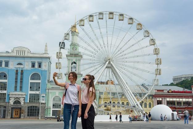 Młodzi turyści są fotografowani