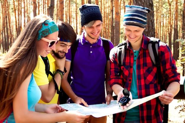 Młodzi turyści w lesie