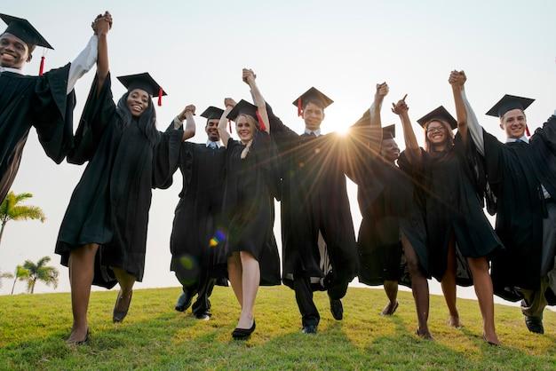 Młodzi uczniowie koncepcja ceremonii ukończenia szkoły