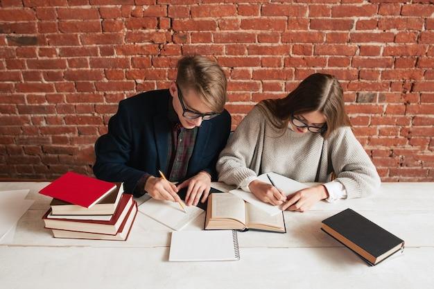 Młodzi uczniowie podsumowują tekst