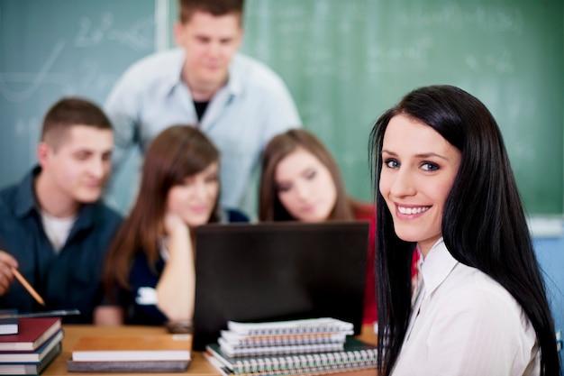 Młodzi uczniowie w klasie