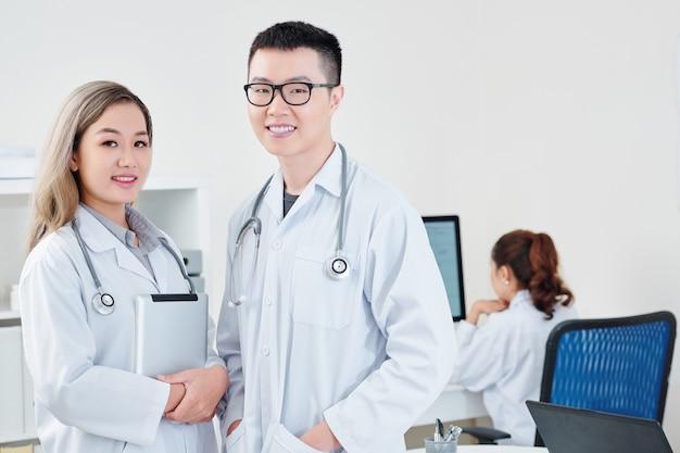 Młodzi wietnamscy lekarze ogólni