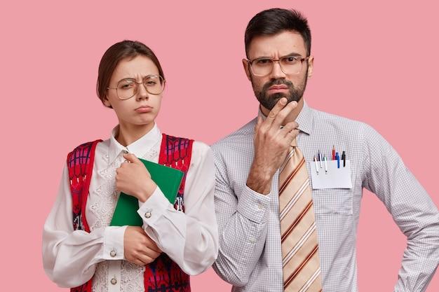 Młodzi współpracownicy w oficjalnych ubraniach