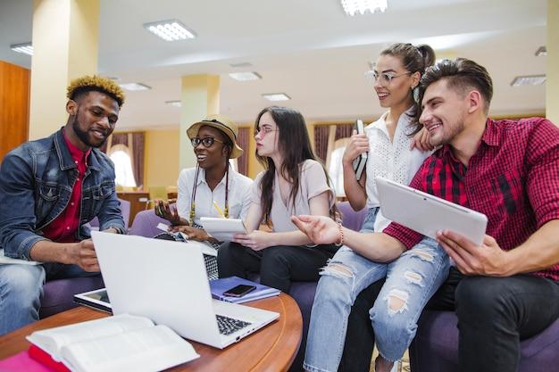 Młodzi współpracownicy z laptopem