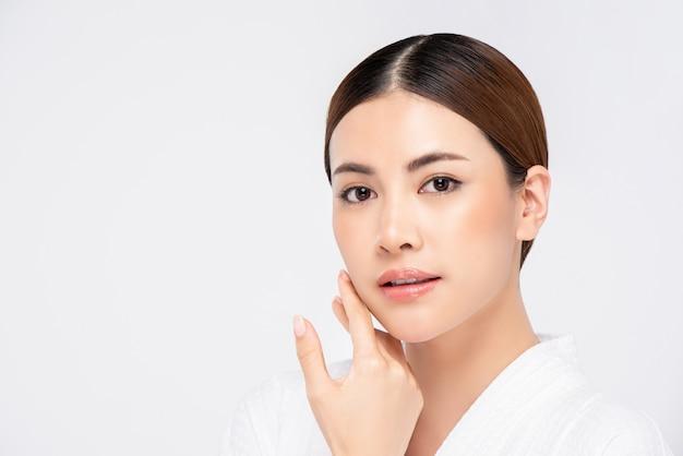Młodzieńcza promienna ładna twarz azjatyckiej kobiety dla koncepcji piękna
