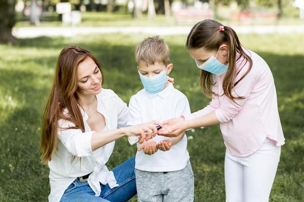 Młodzieniec na zewnątrz i brat noszenie maski