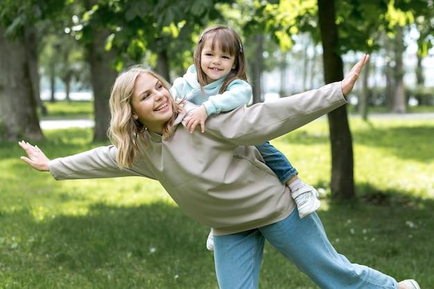 Młodzieniec na zewnątrz i mama ją trzymając