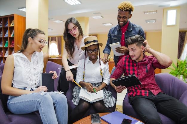 Młodzież współpracuje w bibliotece