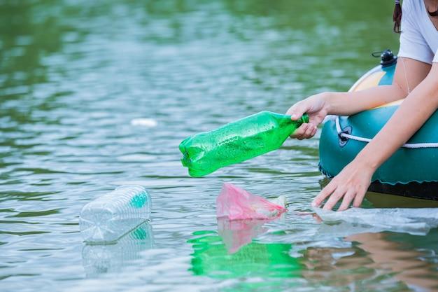 Młodzież zbiera śmieci w rzece, koncepcja narodowego dnia młodzieży i światowego dnia ochrony środowiska.