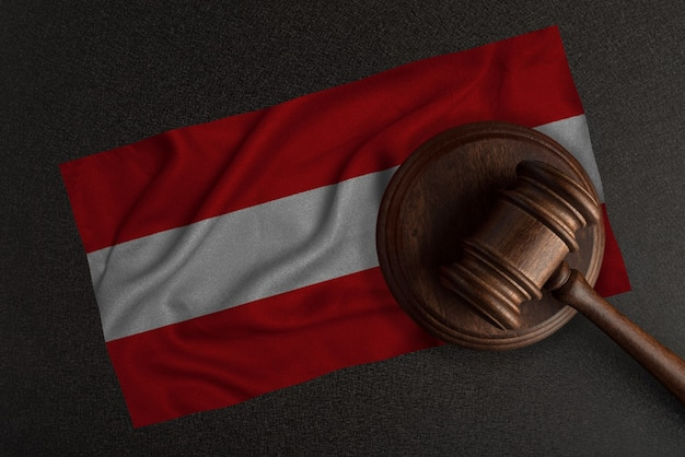 Młot sędziów i flaga austrii. prawo i sprawiedliwość. prawo konstytucyjne.