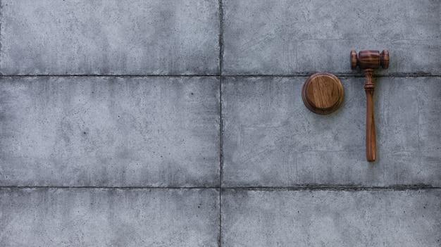 Młot sprawiedliwości na betonowym tle