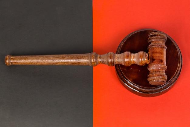 Młotek dla sędziego i przeprowadzanie aukcji.