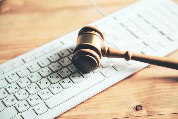 Młotek na klawiaturze, pojęcie prawa prawnego