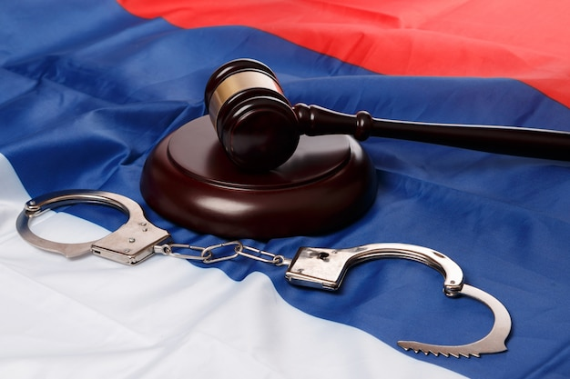 Młotek nad rosyjską flagą