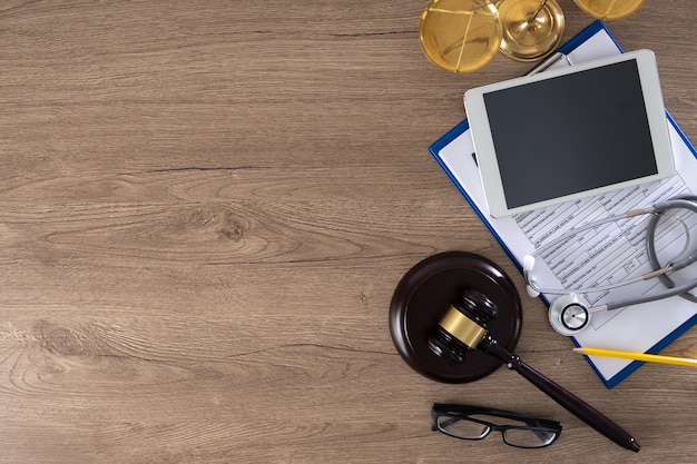 Młotek, okulary, raport, stetoskop, waga i tablet