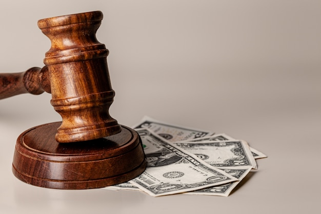 Młotek prawa i stos pieniędzy