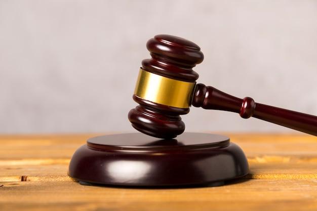 Młotek sędzia szczegół z drewnianym stojaku