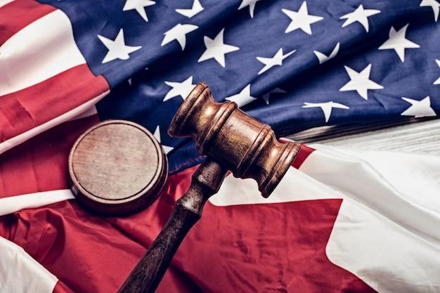 Młotek sędziego i flaga usa