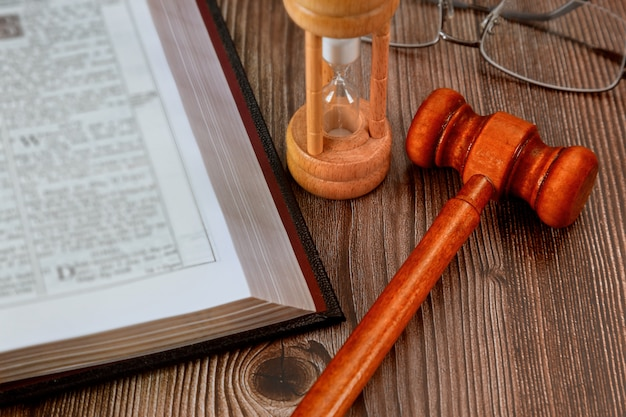 Młotek sędziego, kancelaria adwokacka prawo i sprawiedliwość otwarta książka prawa ze stołem w sali sądowej lub w biurze organów ścigania symbol sprawiedliwości