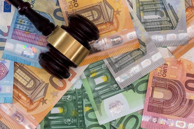 Młotek sędziego na banknotach euro z bliska