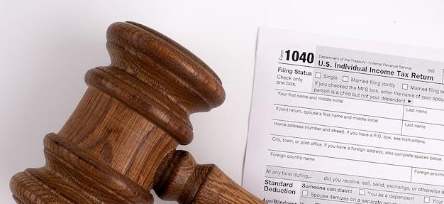 Młotek sędziego nad formularzem podatkowym 1040 usa. pomysł na biznes