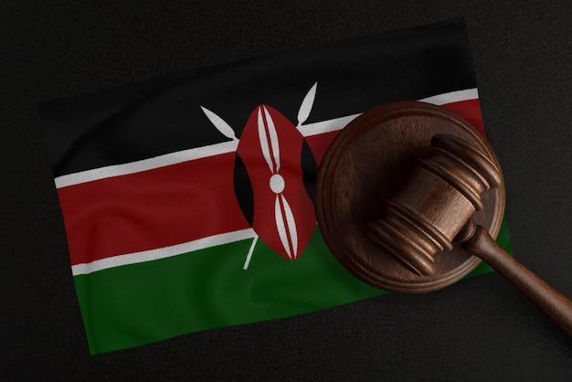 Młotek sędziów i flaga kenii. prawo i sprawiedliwość. prawo konstytucyjne.
