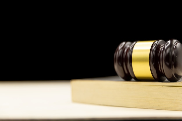 Młotek sędziów na książki i drewniany stół. prawo i sprawiedliwość pojęcie tło.