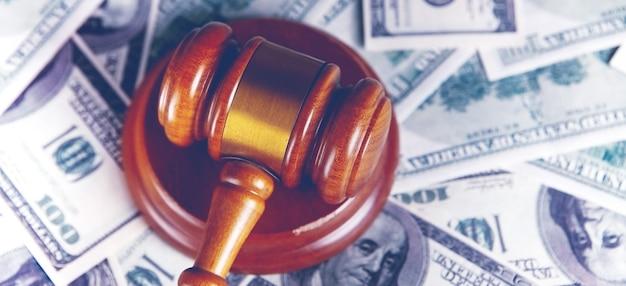 Młotek sędziowski, dolary na biznes, finanse, korupcję, pieniądze, przestępstwa finansowe