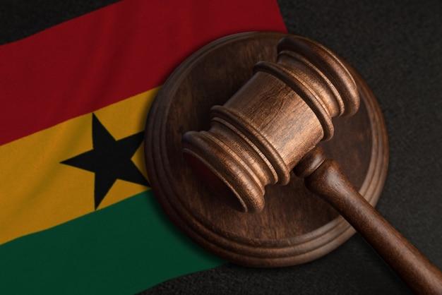 Młotek sędziowski i flaga ghany. prawo i sprawiedliwość w ghanie. naruszenie praw i wolności.