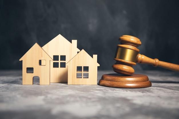 Młotek sędziowski i model domu. pojęcie prawa nieruchomości