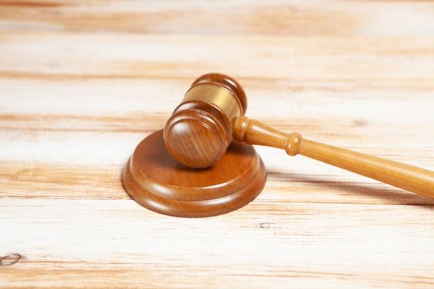 Młotek sędziowski na drewnianym stole