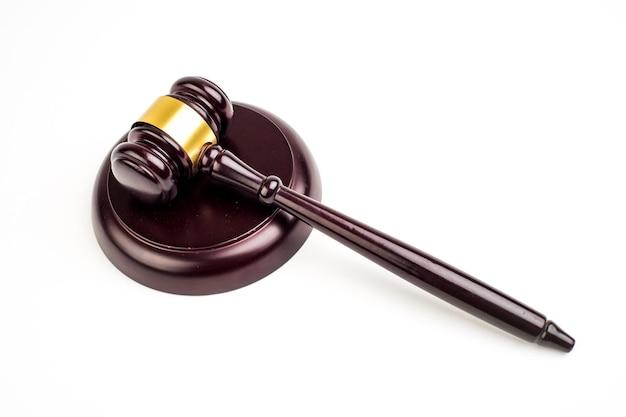 Młotek sędziowski na jasnym tle, widok z góry. pojęcie prawa.