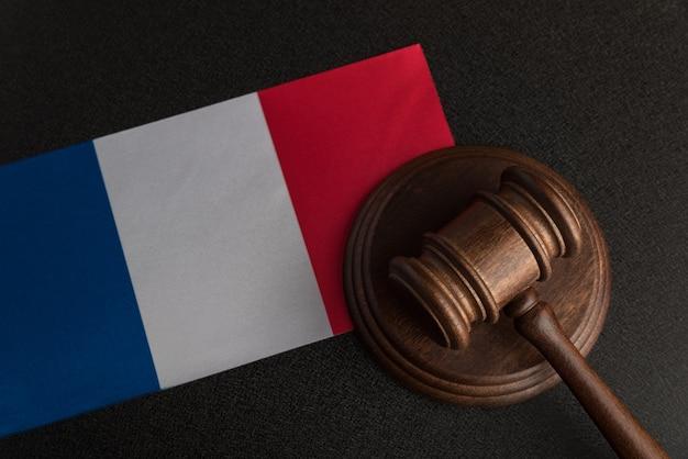 Młotek sprawiedliwości i flaga francji. prawo konstytucyjne. ustawodawstwo francuskie.