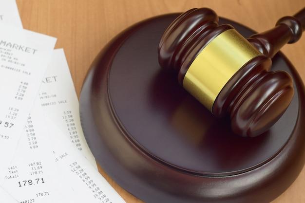 Młotek sprawiedliwości i wiele wpływów z supermarketu na drewnianym stole
