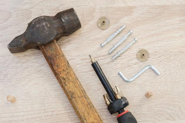 Młotek śrubokręt specjalne śruby meblowe i śrubokręt znajdują się na elementach meblowych z płyty wiórowej