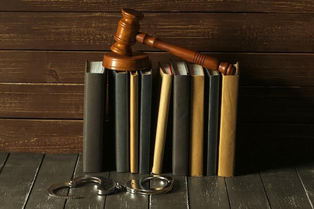 Młotek z książkami na starym drewnianym biurku