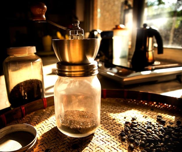 Młynek do kawy i palone ziarna kawy