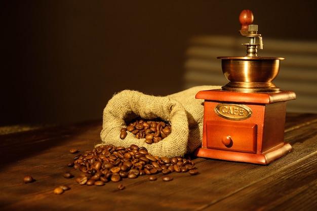 Młynek do kawy i ziarna kawy