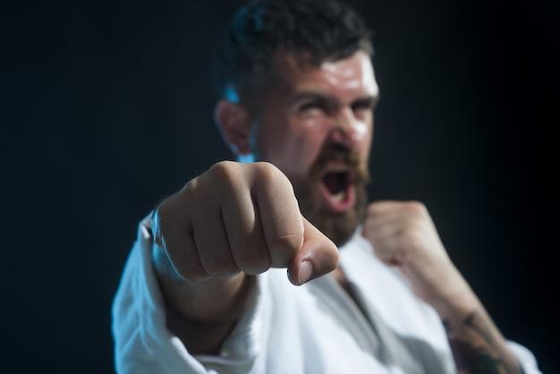 Mma mieszane sztuki walki selektywne skupienie się na pięści portret krzyczącego przystojnego mężczyzny mieszanych sztuk walki