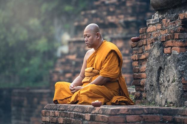 Mnich buddyjski medytacja w świątyni