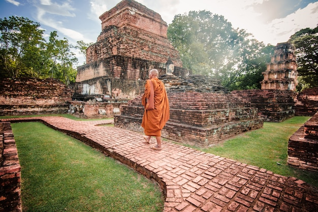 Mnich buddyjski w antycznych ruinach w ayutthaya, tajlandia.