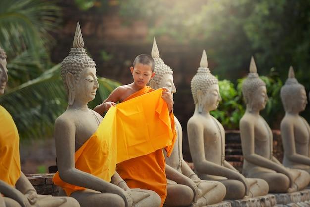 Mnich nowicjusz, mnich buddyjski, mnisi nowicjusze w tajlandii w ayutthaya, świątynia buddyjska, tajlandia