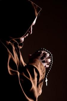 Mnich z dwiema rękami złożonymi w modlitwie
